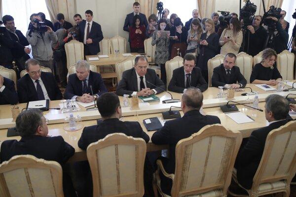 Šéfovia diplomacií Turecka, Iránu a Ruska na rokovaní o Sýrii.