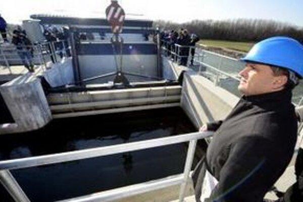 Minister životného prostredia József Nagy počas kontrolného dňa na vodnej elekrárni v Dobrohošti.