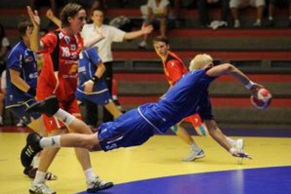 Mcihal Holdoš (vpravo) zakončuje počas zápasu Slovenska s Islandom na majstrovstvách Európy hráčov do 20 rokov.