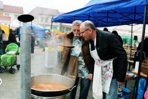 Starosta Kľačna Jozef Vrábeľ a starosta Nitrianskeho Pravna Jozef Balčirák (vpravo) ochutnávajú kapustnicu.
