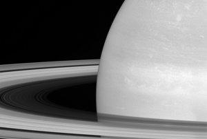 Mesiac Mimas v porovnaní so Saturnom a jeho prstencami.