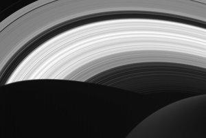 Pohľad na prstence z nočnej strany planéty.