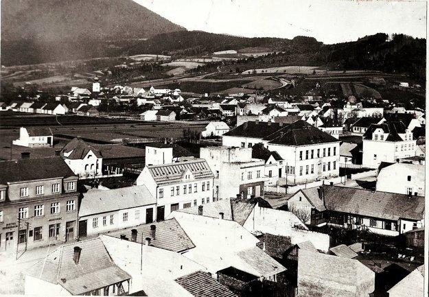 Na poliach vzadu za domami vyrástlo sídlisko Stred. Zmizlo aj staré námestie pri kostole. Zbúrali tiež takmer všetky staré domy v centre.