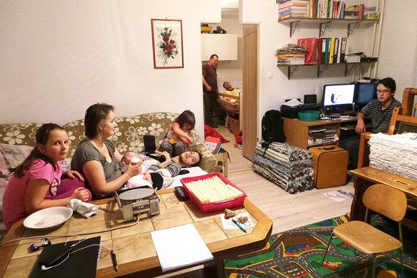 Osemčlenná rodina Koleňovcov býva vdvojizbovom byte.