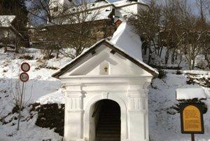Strmé schodisko ku kostolu sa začína v centre obce.