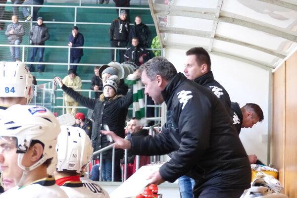 Peter Oremus na lavičke HK Skalica, v pozadí jeho asistent Michal Rúžička.
