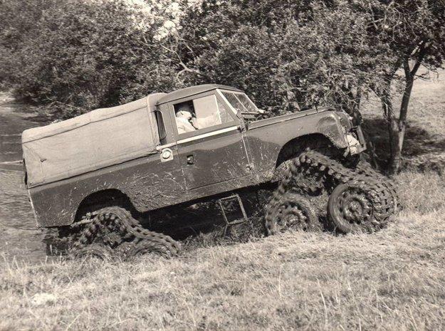 Pásový Land Rover Series II v akcii, za volantom zakladateľ firmy James A. Cuthbertson