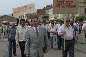 Ján Ľupták v čele sprievodu ZRS na archívnej fotografii z roku 2000.
