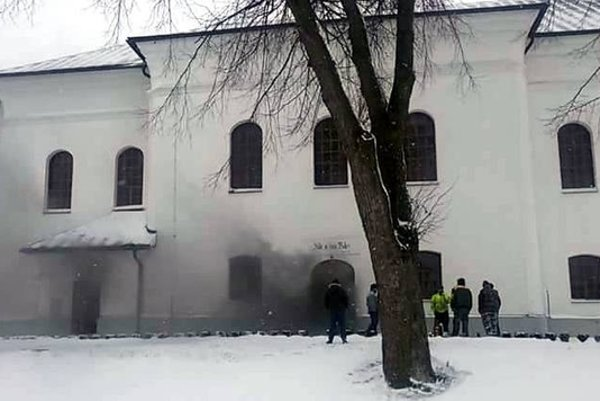 Z kostola sa ráno vyvalil hustý dym.