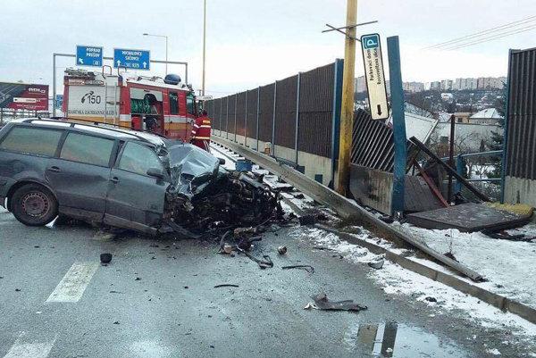 Vodič vrazil do protihlukovej steny. Z auta ho vytiahli hasiči.
