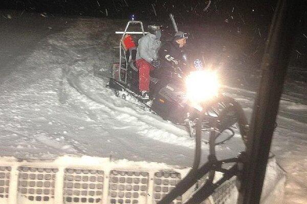 Nezvestného lyžiara vezú na skútri ku chate, kde je ubytovaný.