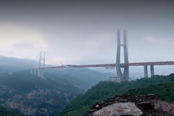 Most Pej-pchan-ťiang sa týči nad hlbokou roklinou v hornatej oblasti.
