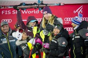 Mikaela Shiffrinová so svojím tímom.
