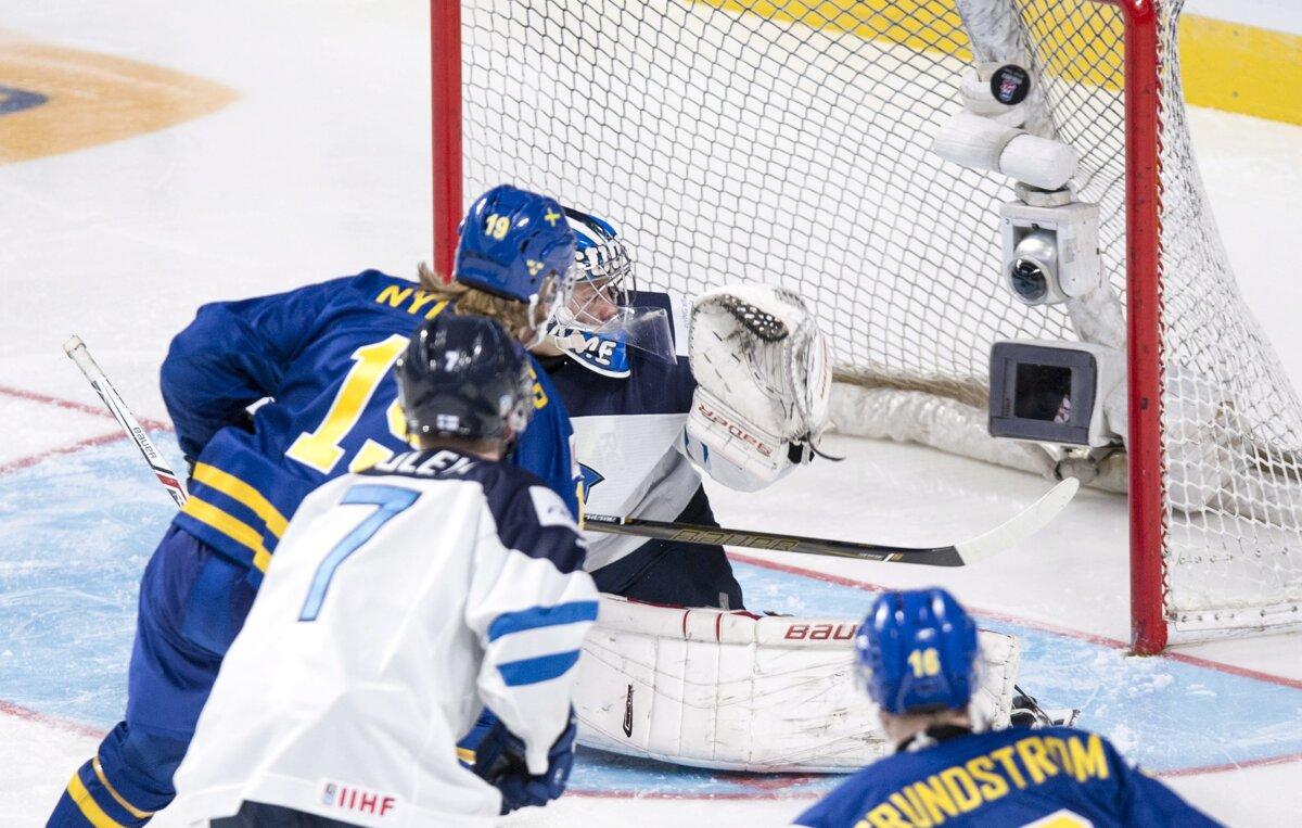 5c1886d6679a0 Švéd Alexander Nylander strieľa gól do siete Fínska.(Zdroj: TASR/AP)