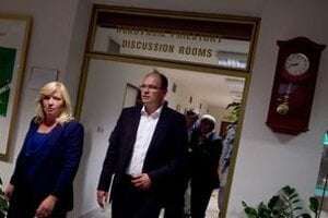 Koalícia rokovala o nezhodách v úplnej izolácii v ČastejPapierničke celý deň.