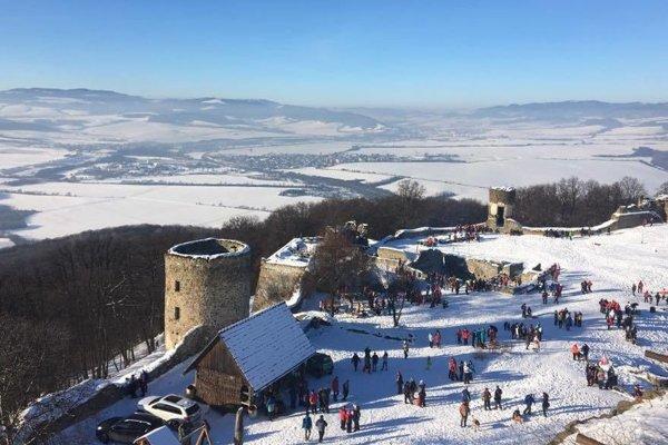Na nádvorí Šarišského hradu sa stretli stovky ľudí.
