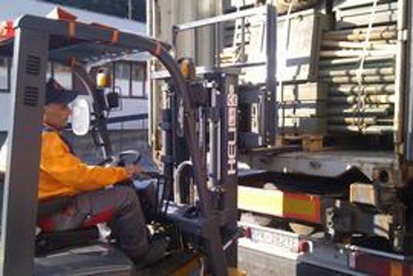 Stany a deky naložili v Limbachu, loďou kontajner pocestuje do Pakistanu niekoľko týždňov.
