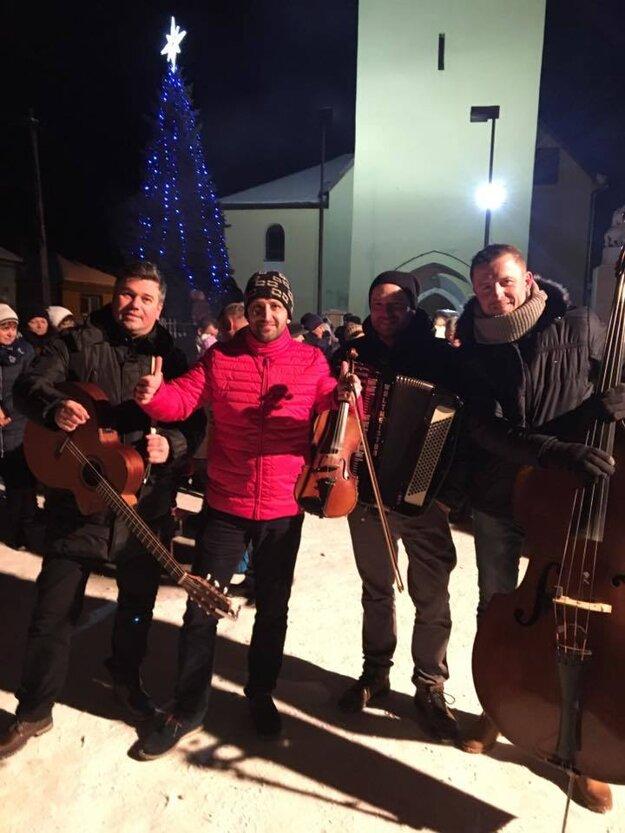 V rodných končinách. Kapela Kandráčovci zahrala starému roku na rozlúčku v dedine Krásna Lúka, odkiaľ pochádza Ondrej Kandráč.