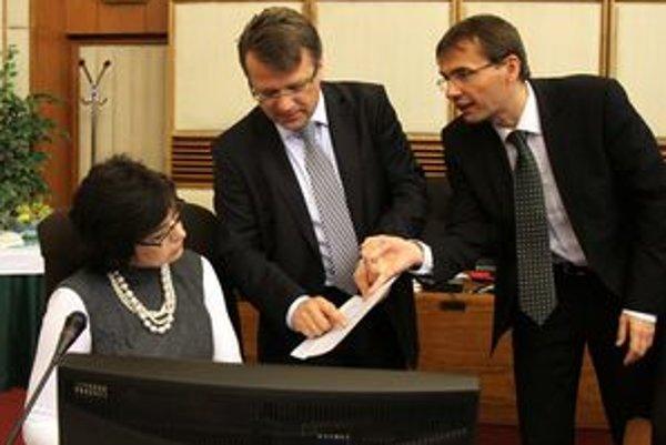 Najlepším členom kabinetu bola podľa ankety SME po prvom roku vládnutia spolu s Ivetou Radičovou ministerka spravodlivosti Lucia Žitňanská (vľavo), medzi najhoršími boli minister zdravotníctva Ivan Uhliarik a minister obrany Ľubomír Galko (vpravo).