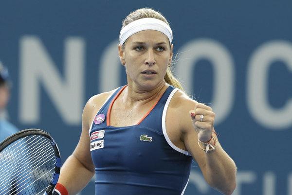 Dominika Cibulková sa raduje po úspešnej výmene v zápase proti Cornetovej. Zápas ale napokon prehrala.