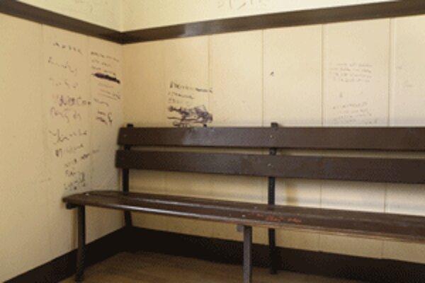 Popísané steny kazia dojem z inak upravenej a čistej čakárne.