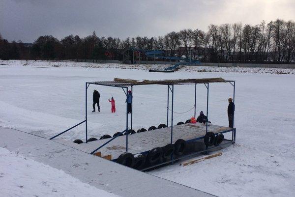 Vodná nádrž Delňa. Je pripravená na korčuľovanie.