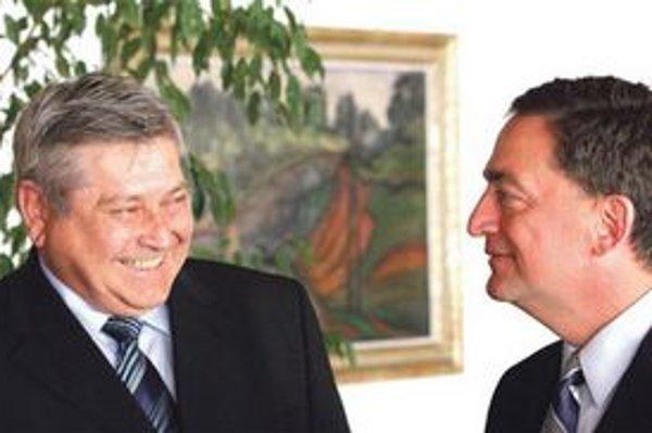 Riaditeľ Národného bezpečnostného úradu František Blanárik (vľavo) rezignoval z funkciev marci. Koalícia nominanta HZDS stále nevymenila, v máji prijal šéfa Bezpečnostného úradu NATO Stephena Smitha.