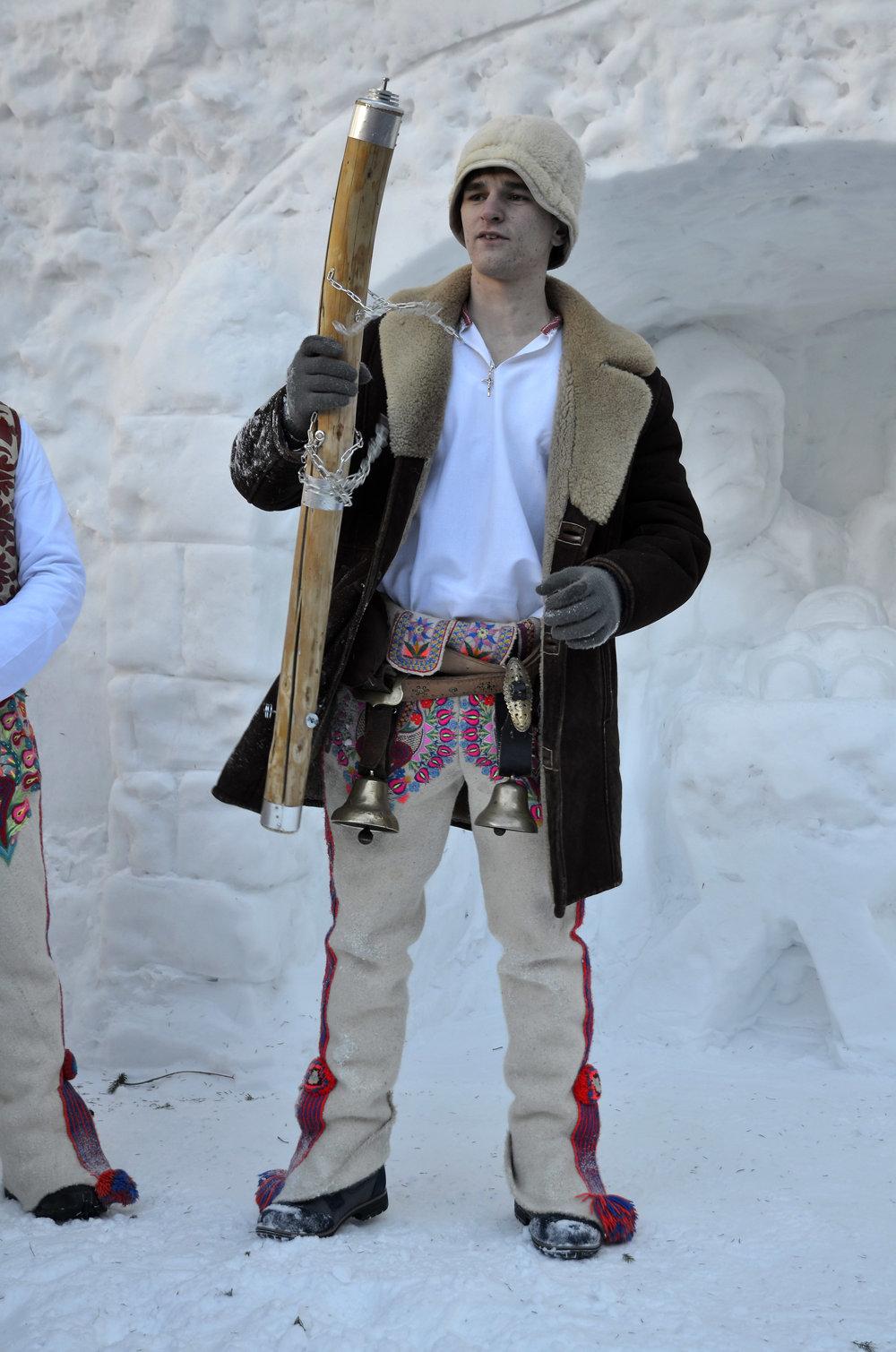 Člen folklórneho súboru z Lendaku počas podujatia Trojkráľové stretnutie pri snehovom betleheme.