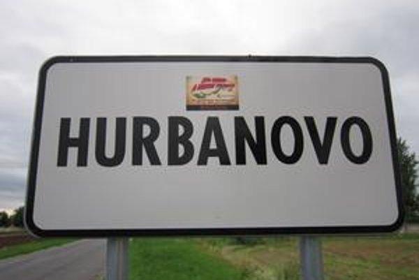 Nálepky pribudli na tabuliach s názvami miest aj na dopravných značkách, mestských oznamoch či na obchodoch.