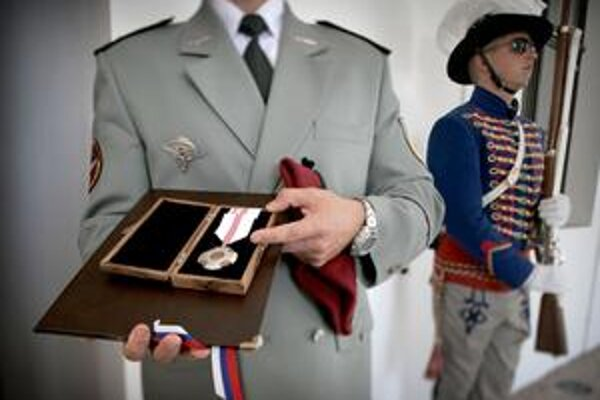 Identita hrdinu musí ostať ukrytá. Dostal Medailu za statočnosť, ako prvý po piatich rokoch.