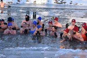 Teplota vzduchu mínus 12 stupňov, pocitová ešte nižšia. Napriek tomu sa na sviatok Troch kráľov okúpalo vLaborci 45 otužilcov.