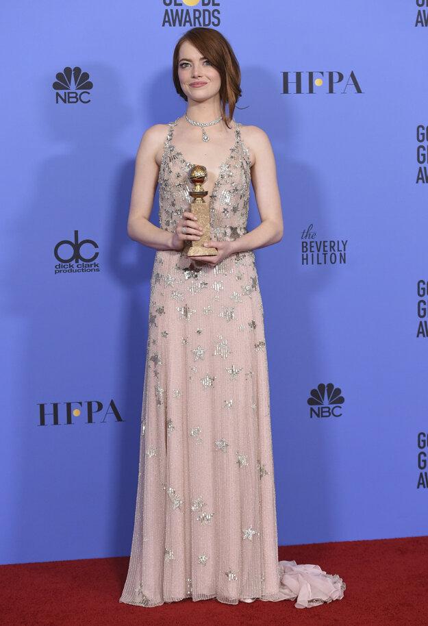 Prehliadka ženskej krásy. Udeľovanie cien bolo opäť prehliadkou ženskej krásy a vkusu. Na červenom koberci sa predviedla ocenená Emma Stone (na snímke), Lily Collins, dcéra Michaela Jacksona – Paris, Reese Witherspoon, aj Nicole Kidman.