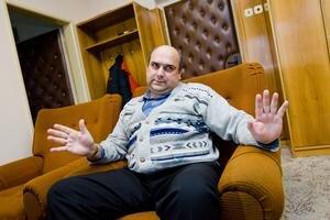 Ladislav Komjáti, neohrozený vládca obce Zemianska Olča v okrese Komárno, sa doteraz zaobišiel aj bez pomoci poslancov. Po voľbách ho už noví poslanci nekritizujú.