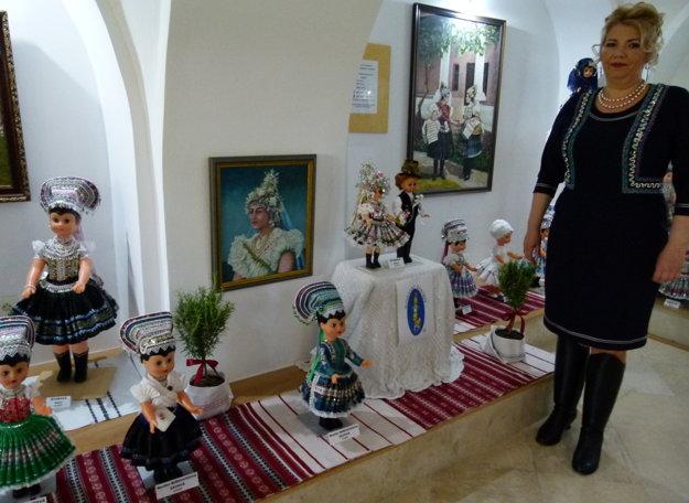 Rybníčanke sa podarilo ustanoviť slovenský rekord. V Tekovskom múzeu vystavila 101 bábok v krojoch.