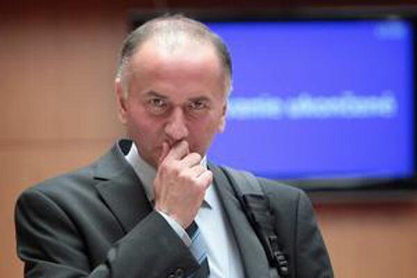 Minister školstva Eugen Jurzyca sa musí na učebnice ešte podrobne pozrieť.