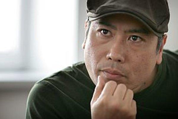 Masahiko Shiraki (46) Publicista. Narodil sa v Tokiu. Vyštudoval ekonómiu, potom pracoval ako novinár a copywriter v reklamnej agentúre. Počas pobytu v Austrálii sa zoznámil so slovenskou herečkou Oľgou Belešovou, oženil sa s ňou a už deviaty rok žije