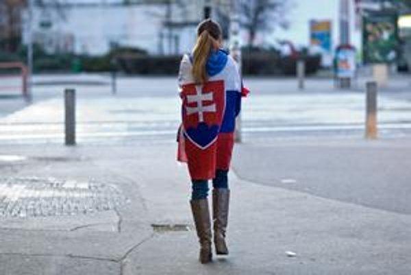 Zástavy najčastejšie nosia mladí ľudia.