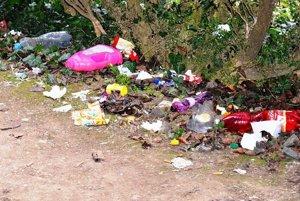 Odpadky v okolí mauzólea sú pestré - zložením aj farebnosťou...
