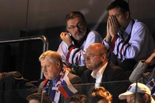 Súboj Rusko – Slovensko sledovali predsedovia parlamentov Sergej Mironov (vľavo dolu) a Richard Sulík spolu. Nad nimi zápas prežíval aj minister kultúry Daniel Krajcer.