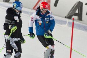 Veronika Velez-Zuzulová (vľavo) s Petrou Vlhovou pred štartom 1. kola.