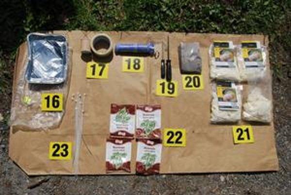Polícia zverejnila fotografie Čurkovho trezoru so zbraňami a vecí, ktoré si vraj chystal do lesa. Ku komunikácii so zavraždenou má prístup aj rodina.