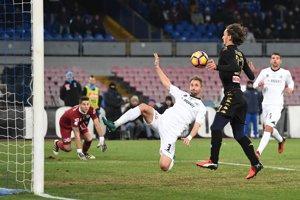 Manolo Giabbadini (vpravo v čiernom) strieľa jeden z gólov Neapola.