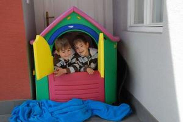 Francesco (vľavo) a Federico sa síce narodili v Taliansku, ale doma sú na Slovensku. Ich otec Talian by ich chcel presťahovať k sebe.