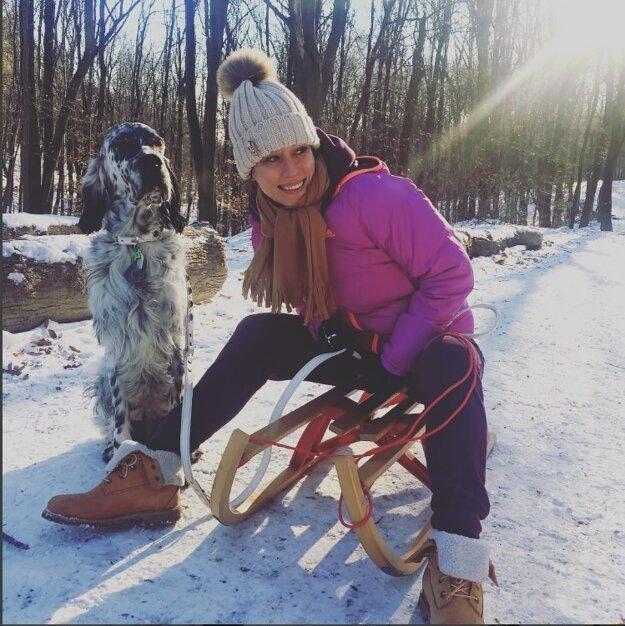 Katka Štumpfová. Tanečnica sa na víkendovú prechádzku so psíkom Tajtrlíkom obliekla v duchu hlavne pohodlne.