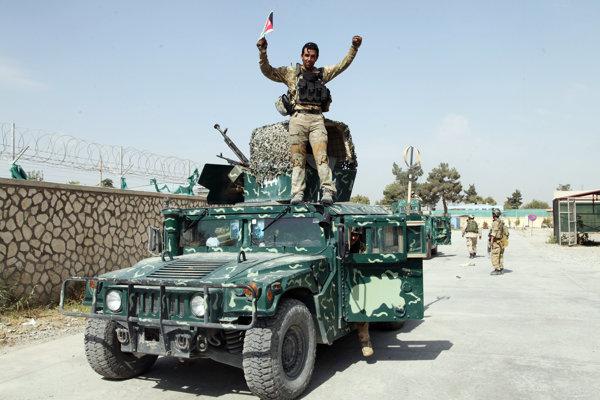 Afganský vojak v Kundúze, oslavujúci víťazstvo v bitke s Talibanom (ilustračné foto).