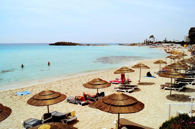 Jedna z top pláži na Južnom Cypre, Nissi Beach v Agia Napa.