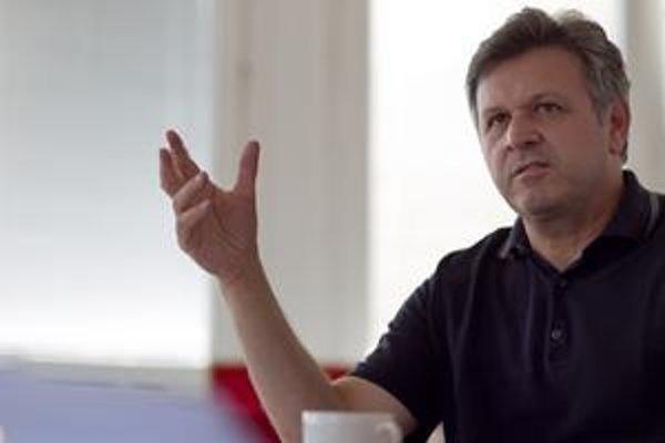 Jozef Foltýn. Dvadsať rokov bol bankárom a finančníkom. V roku 1988 emigroval do Rakúska, žije tam dodnes. Minulý rok sa stal šéfredaktorom športu v STV, v minulosti pre televíziu päť rokov externe komentoval tenis. Zažil piatich štatutárov, piatich výrob