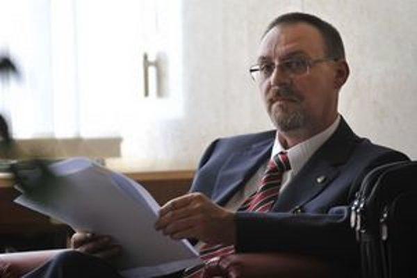 Dobroslav Trnka čaká na svoju prezentáciu pred členmi Ústavnoprávneho výboru.