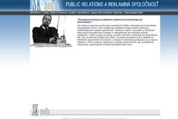 Martin Poliačik s udicou v ruke ilustruje, že základom komunikácie je komplexný prístup.