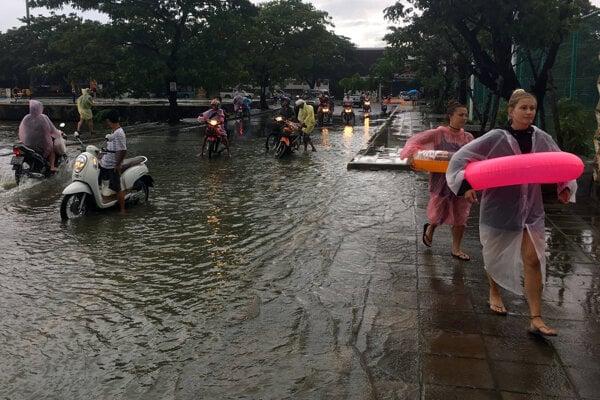 Záplavy znepríjemnili život aj turistom.